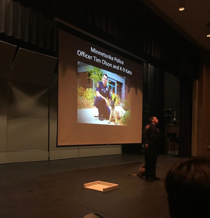 Minnetonka+police+officer+Tim+Olson+shows+Orono+psychology+students+how+the+department+uses+operant+conditioning+to+train+police+dogs